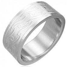 Breiter Ring aus Stahl mit matten Linien in verschiedenen Formen
