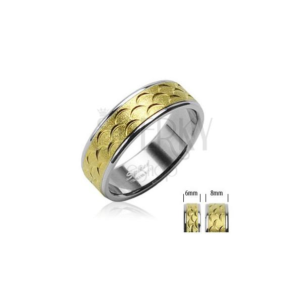 Ring aus Chirurgenstahl mit goldenem Zierstreifen, Einschnitte