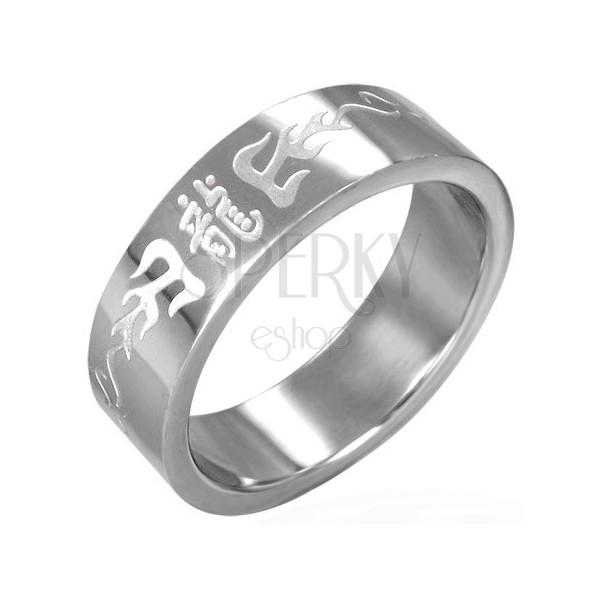 Polierter Ring aus Stahl mit chinesischen Zeichen