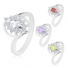 Ring mit glänzender Ringschiene in silberner Farbe, geschliffenes Zirkoniakorn, klarer Rand