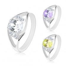 Ring mit geteilter Ringschiene, farbiges großes Oval, klare Zirkoniasteine