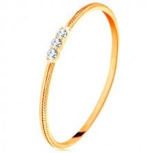 Ring in 9K Gelbgold - drei klare Zirkone, fein gerillte Ringschiene