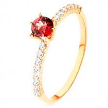Ring aus 9K Gelbgold - gehobener roter Granat, klare Zirkonialinien