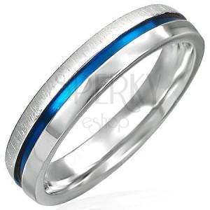Stahlring mit einem blauen Ring - matte und glänzende Hälfte